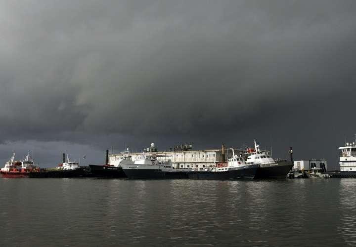 México avisa que Nicholas puede bordear el noreste del país como huracán