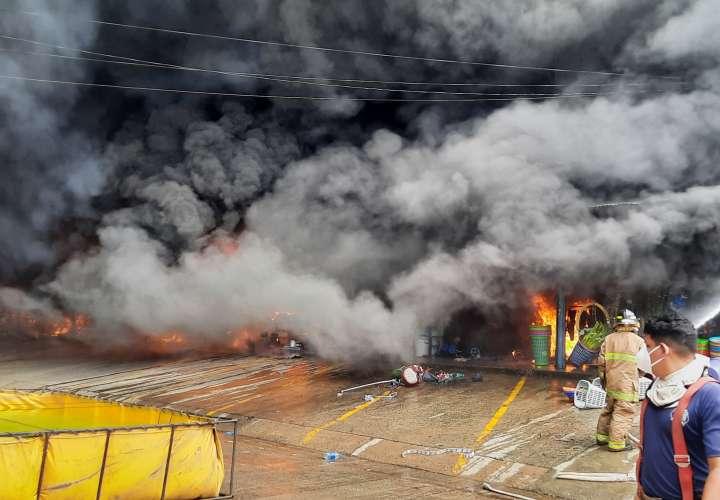 Brutal incendio consume almacén de Santiago
