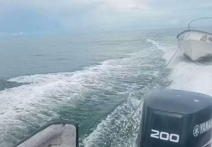 Buscan a 4 tripulantes de embarcación que se volcó en isla Chepillo [Video]