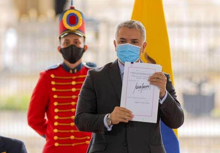 Fotografía cedida por la Presidencia de Colombia del mandatario Iván Duque, este martes durante la sanción de la Ley de Inversión Social en Bogotá (Colombia). EFE