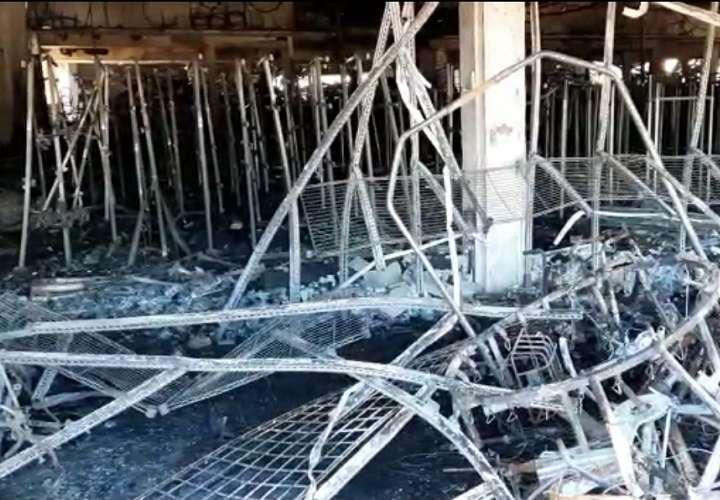 Local consumido por las llamas en Santiago sigue tirando humo (Videos)