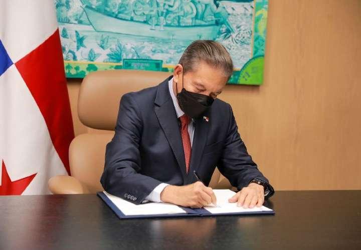 Nito sanciona leyes de fuero maternal y contratación de extranjeros