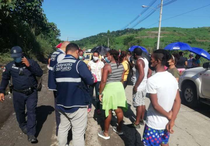 Moradores de Mocambo y Guna Nega salen a protestar por mal estado de calles