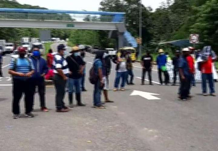 Indígenas protestan para exigir reparación de carretera