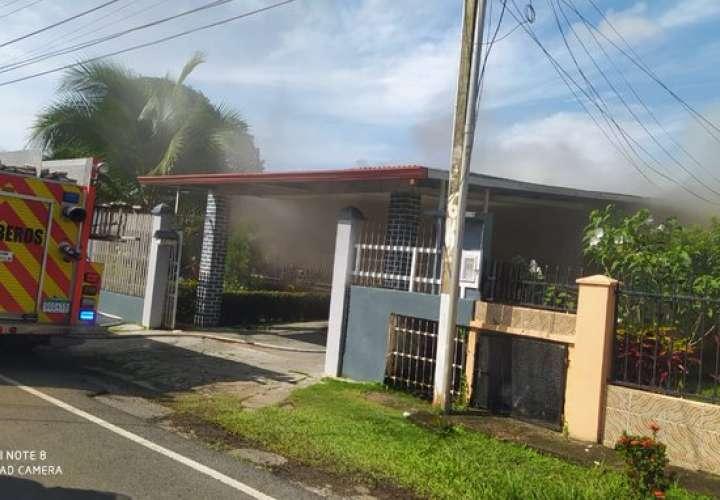 Fuego consume parte de una vivienda en David