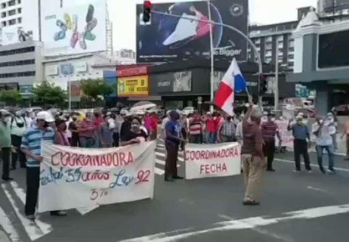 Jubilados y pensionados protestan en la vía España  [Video]