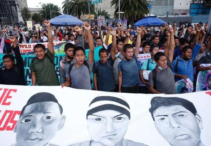 Mexicanos marcharon por los 7 años de Ayotzinapa