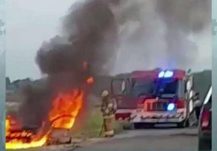 Alcanzan a salir de auto en llamas
