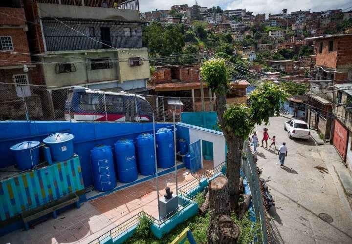 El agua de lluvia calma la sed en Venezuela