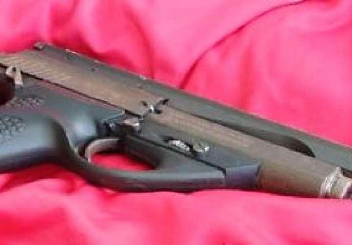 Quinceañero es investigado por posesión de arma