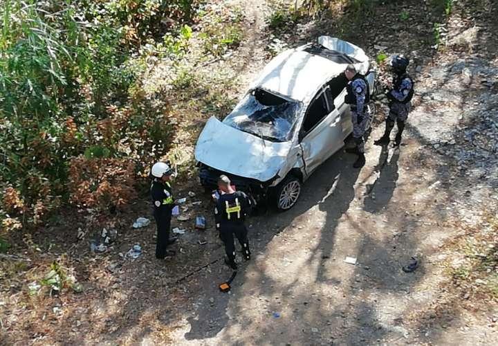 Cae vehículo al vacío en puente sobre el Río Chagres