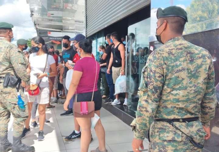 Senafront cierra dos locales comerciales en Paso Canoas repletos de ticos