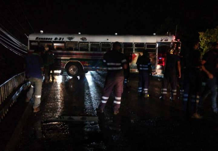 Bus de la ruta Colón Buena Vista por poco se va al vacío