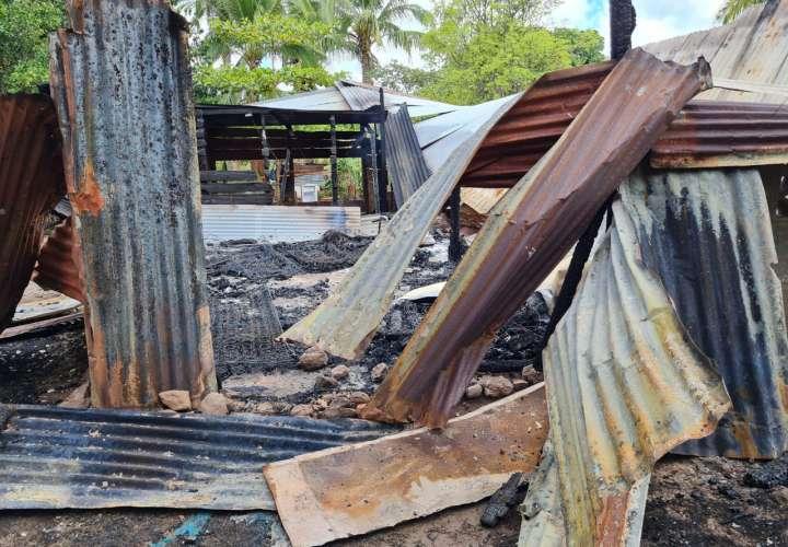 Adultos mayores lo pierden todo tras el incendio de su vivienda en Ocú