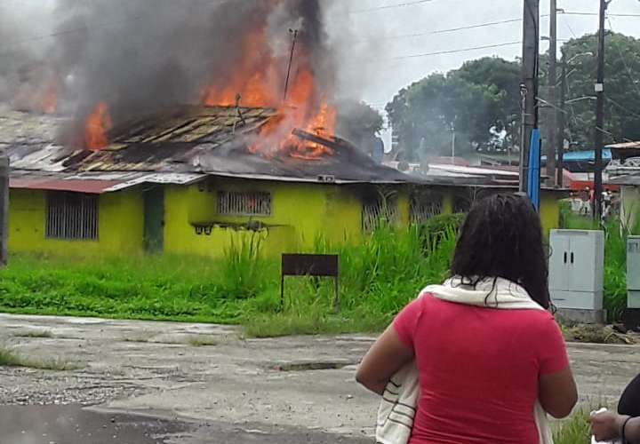 Dos familias lo pierden todo durante incendio en Colón
