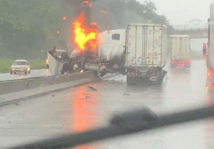 Choque de camión e incendio en la autopista Panamá Colón