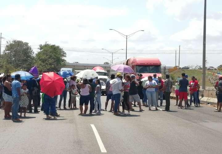 Precaristas cierran vía ante temor por falta de legalización de terrenos