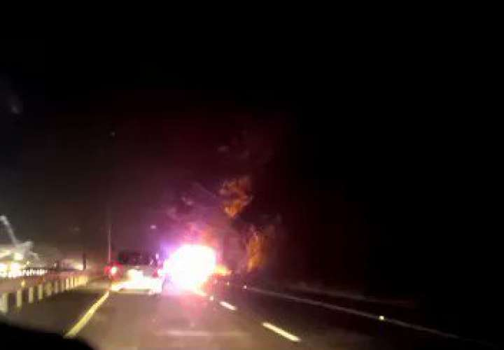 Fuego acaba con auto en la vía Centenario  [Video]