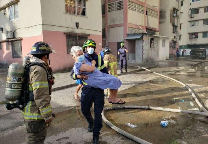 5 personas afectadas por inhalación de humo en incendio en Barraza  [Video]