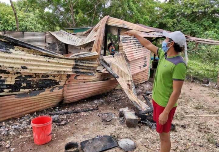 Familia de 8 personas se queda en la calle, un incendio consumió su humilde casa