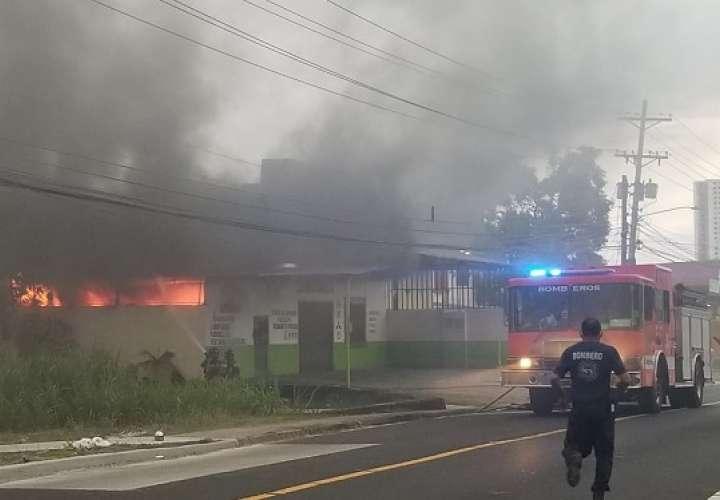 Se incendia local comercial en avenida Santa Elena (Videos)