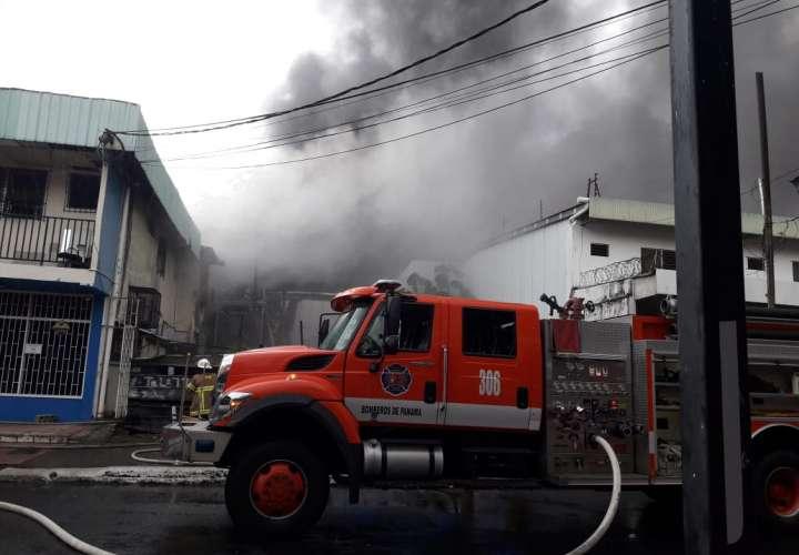 Bomberos combaten fuego en tapicería en Chiriquí  [Video]
