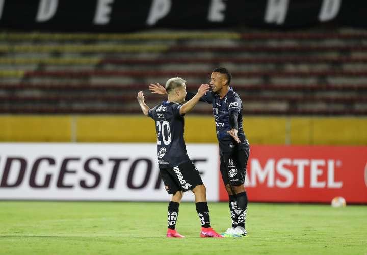 Gabriel Torres(d) celebra el gol con su compañero Cristian Ortiz (i)/EFE