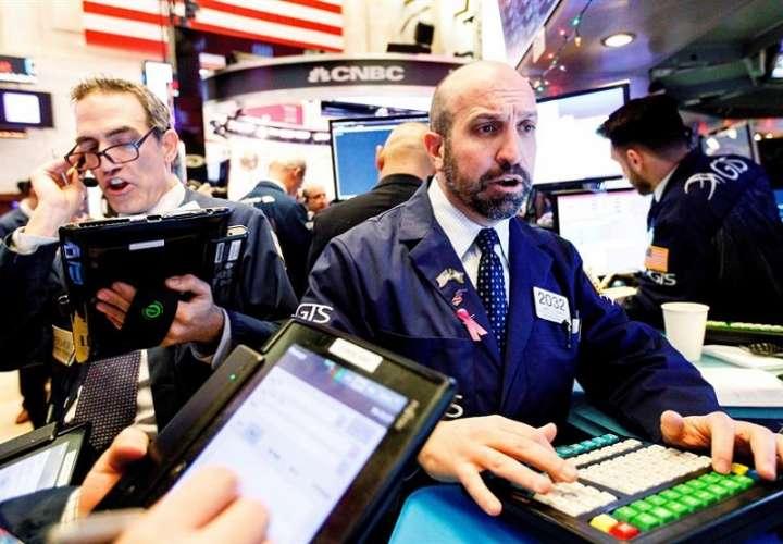 Intermediarios financieros observan el desarrollo del mercado en la Bolsa de Nueva York, Estados Unidos. EFE