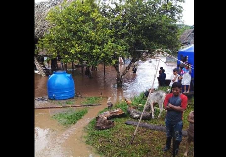 Voluntarios y funcionarios de Sinaproc atienden a estas familias que se vieron afectadas.