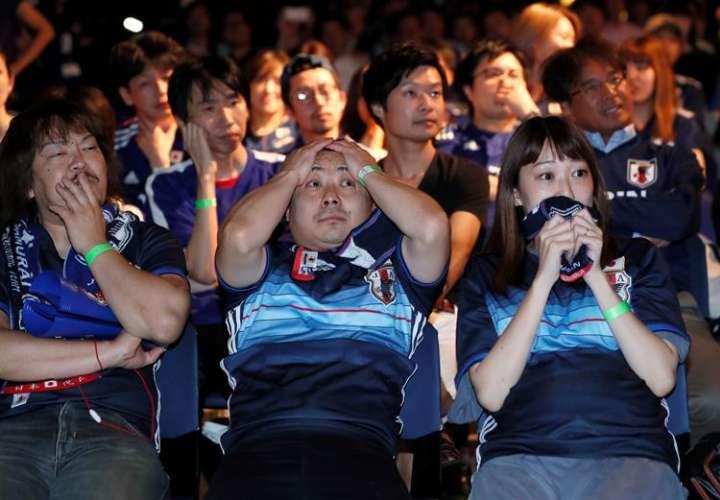 Los fanáticos japoneses lamentan la eliminación de su selección ante Bélgica. Foto EFE