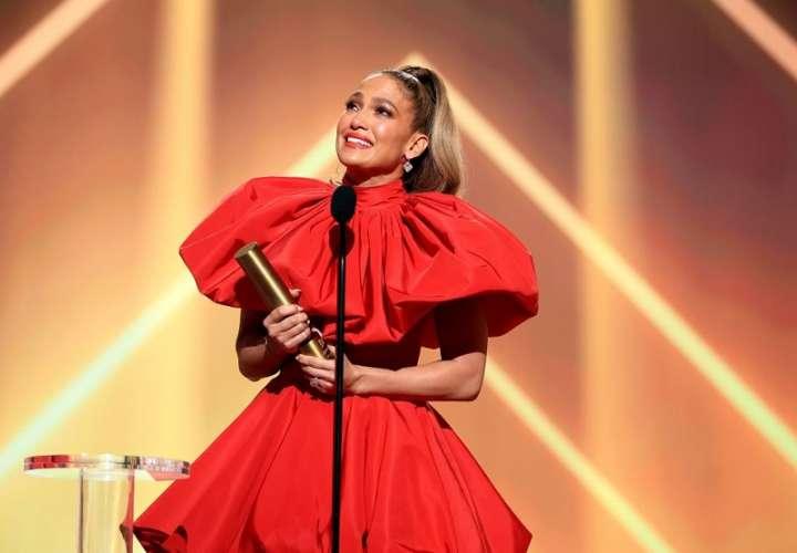 """Jennifer López se roba las miradas y recibe el premio """"People's Icon 2020″"""