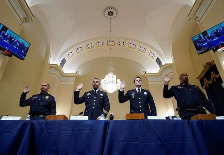 De Izq a Der: Sargento de Policía del Capitolio de los EE. UU. Aquilino Gonell, Los oficiales del Departamento de Policía Metropolitana de Washington Michael Fanone, Daniel Hodges y el Sargento de Policía del Capitolio de EE. UU. Harry Dunn. EFE