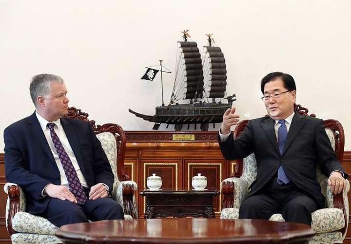 El jefe de la Oficina de Seguridad Nacional surcoreana, Chung Eui-yong (d), conversa con el enviado especial de Estados Unidos para Corea del Norte, Stephen Biegun, durante su reunión de cara a una nueva cumbre entre Washington y Pionyang. EFE