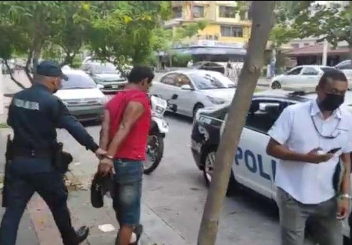 Transeúntes atrapan a ladrón en vía Argentina  [Video]