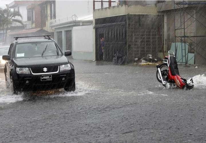 Las lluvias han disminuido su intensidad desde el fin de semana, lo que ha permitido que las autoridades realicen trabajos de asistencia humanitaria en comunidades que quedaron aisladas por el desbordamiento de ríos. EFE