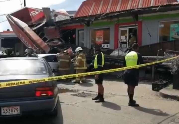 Techo de locales se desploma y cae sobre autos; hay 1 herido (Video)