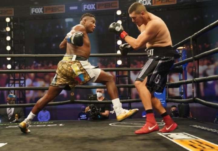 Luis 'King Kong' Ortiz no tuvo problemas para lograr el triunfo en su retorno al boxeo. Foto: AP