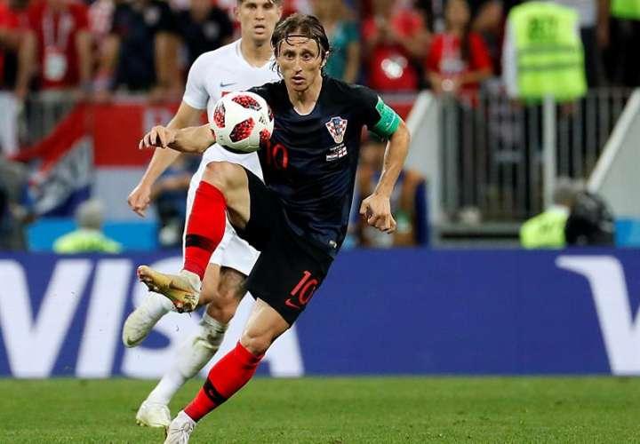 El croata Luka Modric domina el balón durante el partido ante Inglaterra, en las semifinales del Mundial de Rusia 2018. Foto EFE