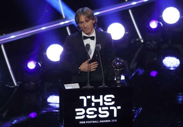 Luka Modric se dirige al público tras ganar el premio The Best./ AP