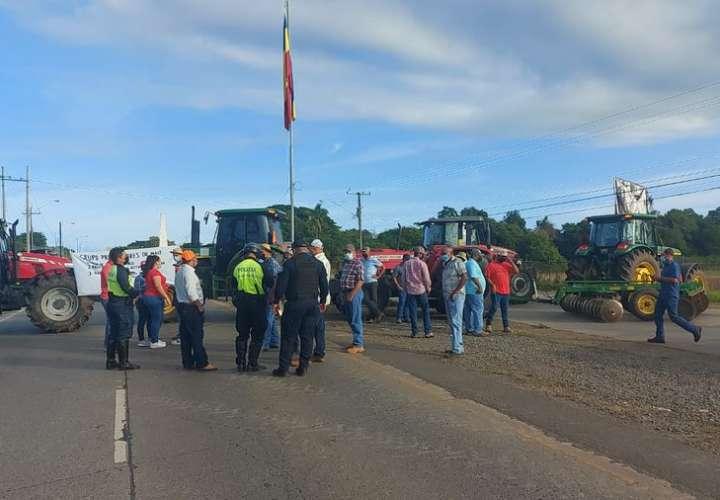 Productores de maíz de Los Santos protestan y cierran vía con sus tractores