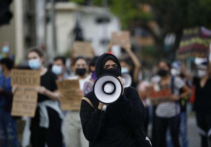 Una persona usa un megáfono durante una manifestación contra la decisión de la Corte Suprema de declarar