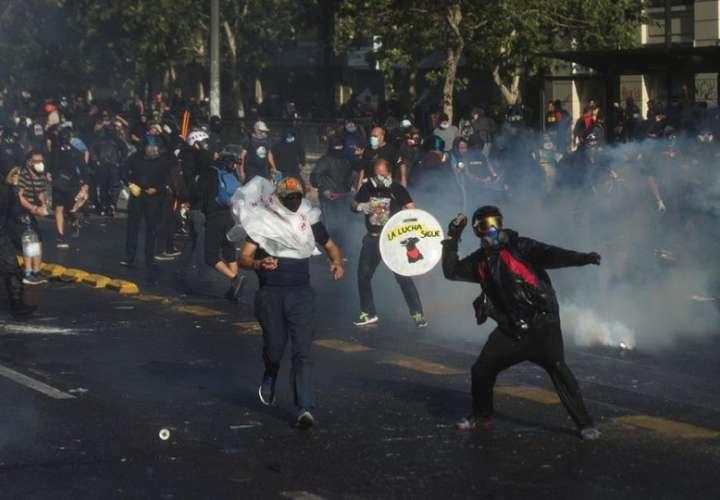 Manifestantes participan en una protesta  en Santiago de Chile. EFE- Archivo