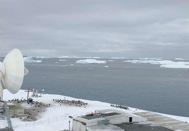 Vista del mar Glacial Antártico junto a la base militar Bernardo O'Higgins Riquelme, en la Antártida. EFE