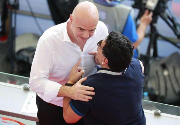 Maradona (dcha.) dijo que Infantino no sabe arreglar las cosas. Foto: EFE