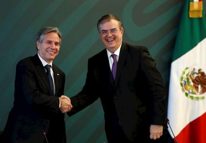 El secretario de Relaciones Exteriores de México, Marcelo Ebrard (d), posa hoy junto a su homólogo estadounidense, Antony Blinken, durante una reunión en Ciudad de México (México). EFE