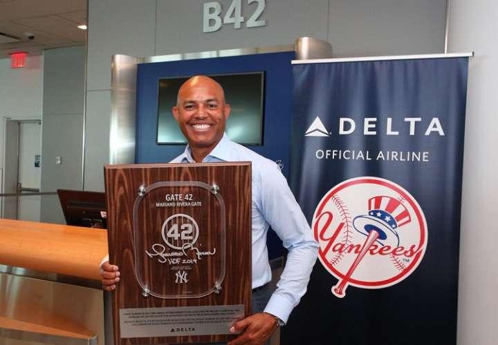 Delta dedicó uno de sus aviones 757 con la firma y el #42 que vistió el líder de salvamentos de todos los tiempos.. Foto: Twitter