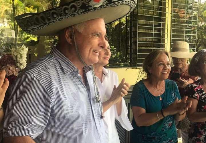 Martinelli celebra el Día del Padre cantando su canción favorita