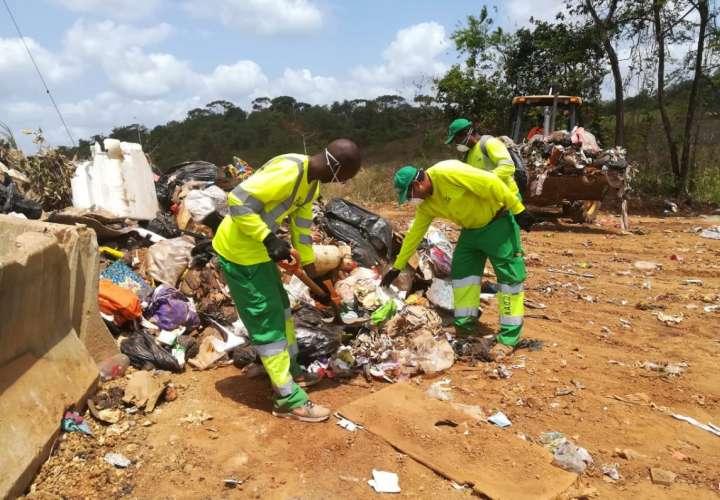 Personal de aseo halla implementos de uso sanitario en bolsas de basura