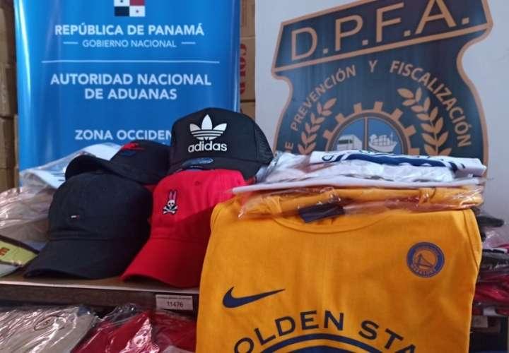 Se trata de unas 640 piezas de ropa, entre camisetas pantalonetas, gorras y ropa interior, que se presume infringen disposiciones contenidas en materia de propiedad Intelectual.