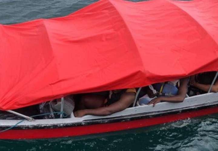 Rescatan a 21 migrantes de barco que naufragó cuando iba de Colombia a Panamá